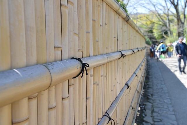 cara membuat pagar bambu untuk kebun